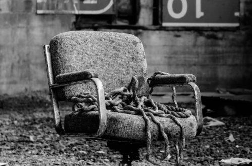 κατεστραμμένη καρέκλα γραφείου