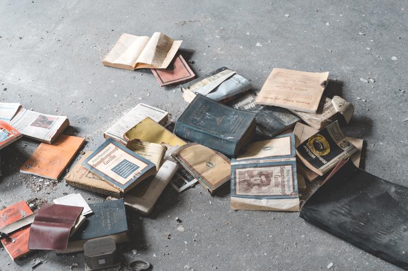 κατεστραμμένα βιβλία